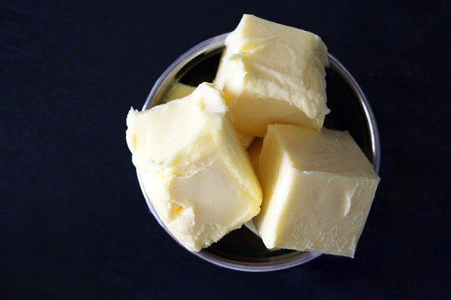 máslo v misce
