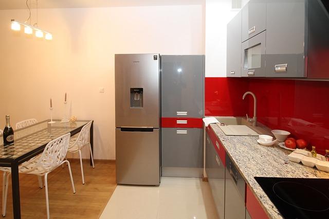 lednice, červenošedá kuchyně