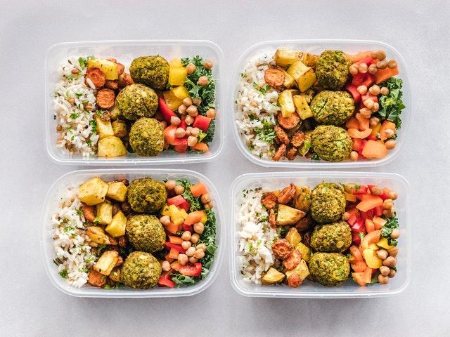 čtyři krabičky s jídlem
