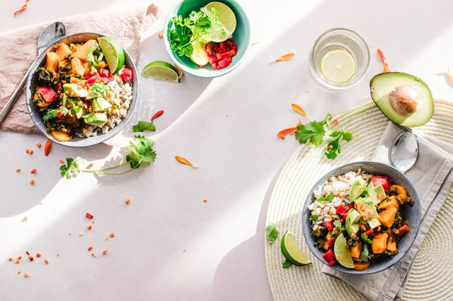 prostřená tabule, misky se zeleninovými jídly