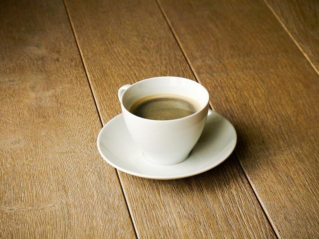 káva na podlaze