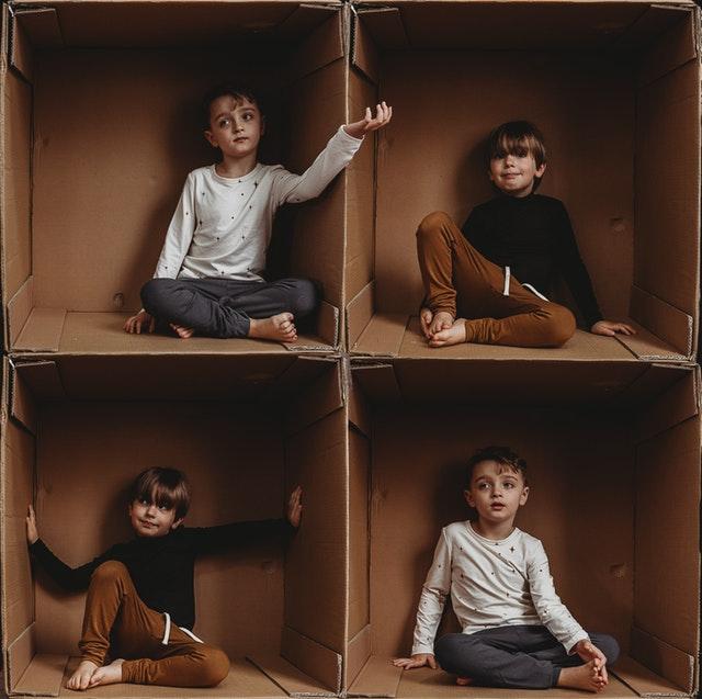 čtyři děti v krabici