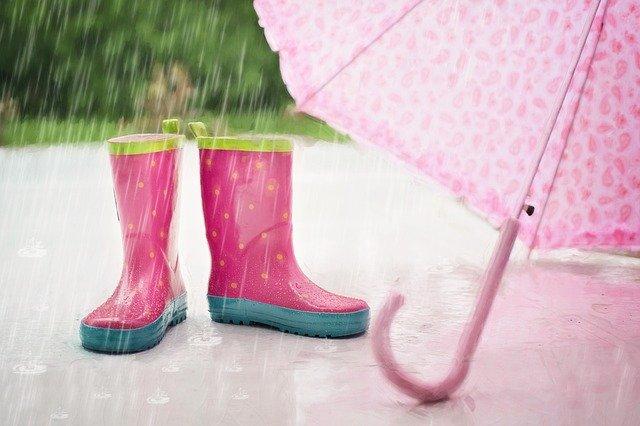 gumáky a deštník v dešti.jpg